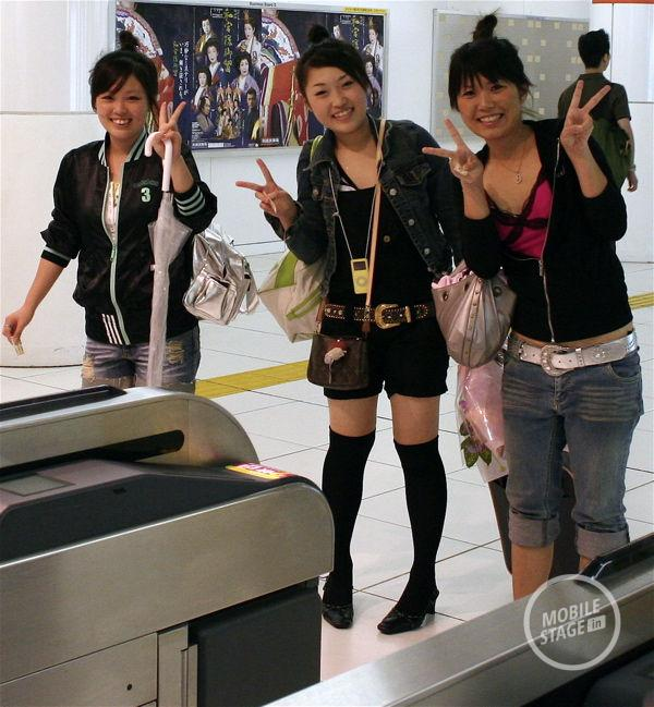 Girls_giving_peace_sign,_Tokyo